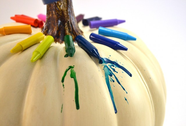 The kids are going to love making these melted crayon pumpkins. So fun!