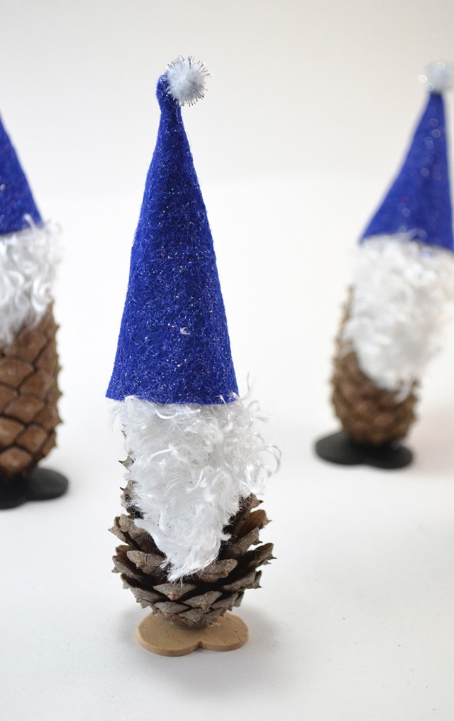 Easy pine cone elf craft mom spark mom blogger for Pine cone art projects
