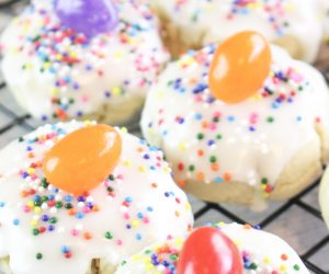 Jelly Bean Cookie Bites Recipe! When Easter comes around, I instantly crave jelly beans of all shapes, colors, and sizes. There is just something about this time of year, perhaps it's the spring flowers starting to bloom, but I have to have them! Put a jelly bean on a sugar cookie with sprinkles and I AM SOLD. Hence today's recipe!