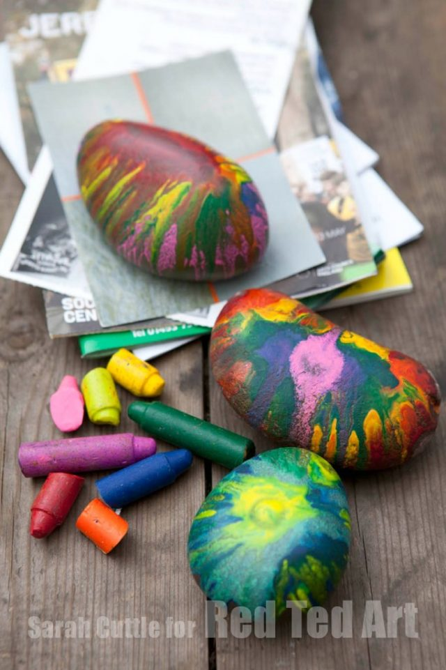 Melted Crayon Rocks Craft - I love using crayons to make art. These melted crayon craft projects are perfect for an afternoon DIY.
