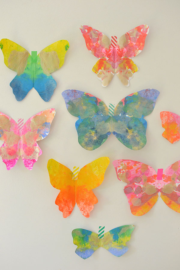 Melted Crayon Butterfly Craft! I love using crayons to make art. These melted crayon craft projects are perfect for an afternoon DIY.